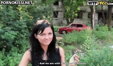 Русский негр со своим другом трахают одну пьяную сучку