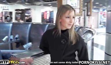 Эрик Найтли трахает русскую девушку большим членом в туалете
