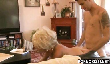 Зрелая вдова заставила молодого соседа потрахаться