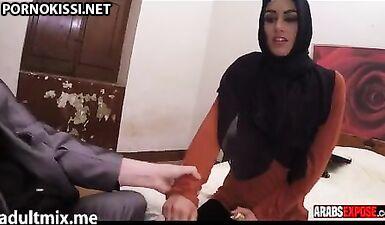 Необузданная арабка глубоко заглатывает крепкий пенис мужа