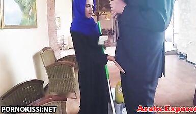 Арабская проститутка в платке в хиджабе трахается с европейским мужчиной за деньги