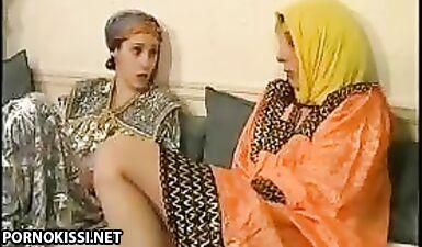 Симпатичные арабские лесбиянки в платках и халатах лижут влагалища друг другу
