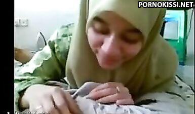 Молодая арабская девушка в хиджабе сосет кривой член