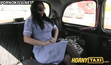 Медсестра расслабилась после работы и потрахалась с таксистом в машине