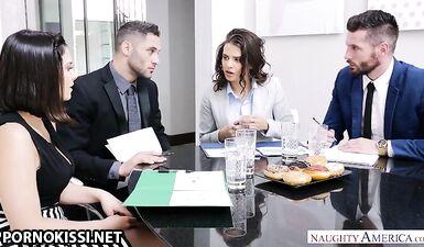 Секретарша глубоко сосет член адвоката и дает трахнуть в писю на столе