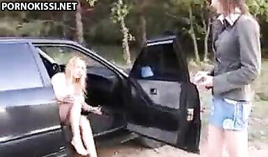 Две русские девушки с отвращением отсосали толстый член папочки возле машины