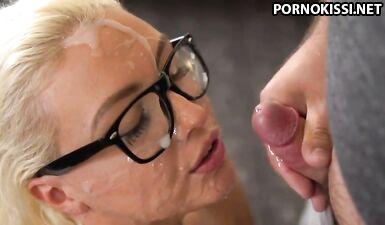 Толпа мужиков полностью залила спермой лицо блондинки в очках на кастинге