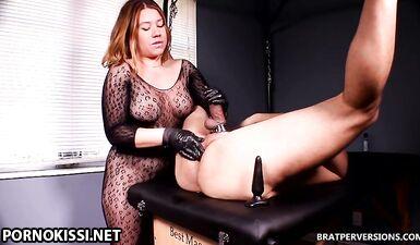 Госпожа в перчатках делает рабу массаж простаты на грани фистинга