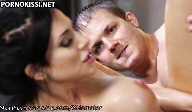 Молоденький паренек долбит пизду массажистки после сеанса