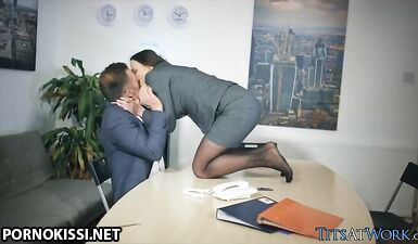 Секретарша глубоко сосет член босса после ночного сна в офисе