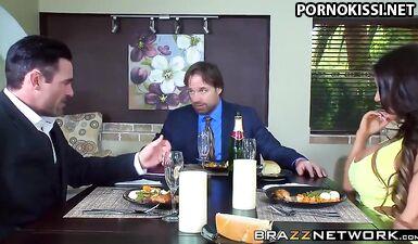 Грубо выебал жену пьяного партнера по бизнесу за кухонным столом