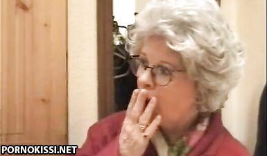 Немецкая бабушка застукала внука за дрочкой члена и трахнула его после минета