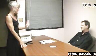 Старая секретарша отсасывает член босса в офисе, чтобы он ее не уволил