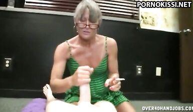 Бабушка курит сигарету и дрочит голому парню внучки