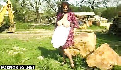 Толстая доярка в возрасте трахается с деревенским мужиком во дворе возле леса