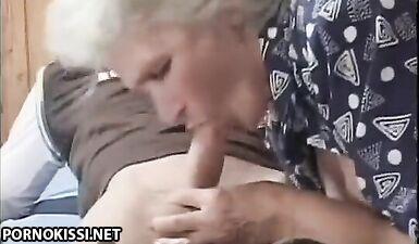 Студент выебал старую преподшу в мохнатую киску во время индивидуального занятия