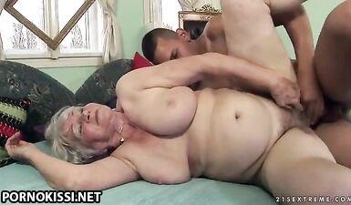 Молодой парень трахает одинокую старую соседку, чтобы унаследовать квартиру