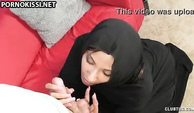 Застенчивая мусульманка согласилась подрочить парню