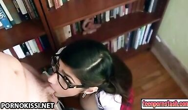 Грудастая арабка сосет большой член читателя в библиотеке