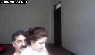 Пожилой араб трахает молодую красотку перед вебкамерой