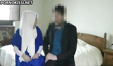 Владелец отеля трахнул худенькую беженку-мусульманку