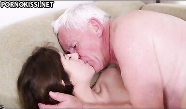 Дед удовлетворил внучку кунилингусом и крепким членом