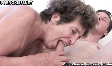 Внук трахнул старую попку бабушки и кончил ей на лицо