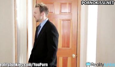 Учитель трахнул ученицу в классе, поймав на мастурбации в туалете