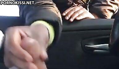 Шлюшка-негритянка мастурбирует член незнакомца в машине