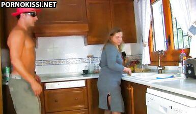 Босс заставил толстую кухарку сосать член и трахаться на кухне