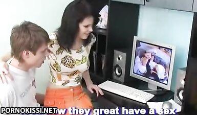 Русские брат и сестра трахаются на полу, повторяя секс из порно