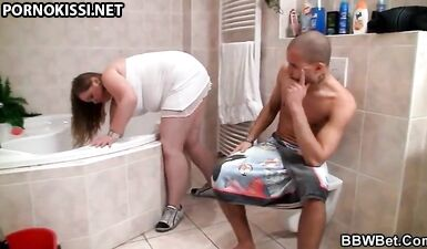 Сын возбудился при виде толстой жопы мамы и трахнул ее в туалете
