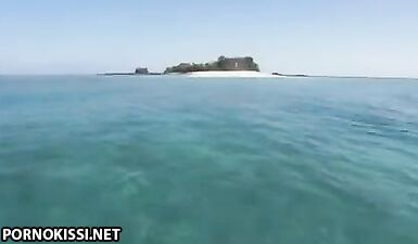 Туристка трахается с двумя моряками на яхте у Карибских островов