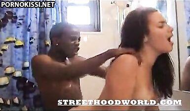 Худой негр яростно ебет жопастую латинку в ванной, накручивая волосы в кулак