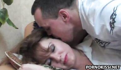 Сын трахнул пизду спящей русской мамы, подсыпав ей снотворное в чай