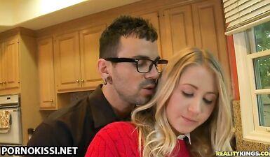 Ботан лижет попку подруги и ее половые губы на кухне