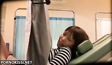 Гинеколог выебал пациентку азиатку на обследовании перед скрытыми камерами