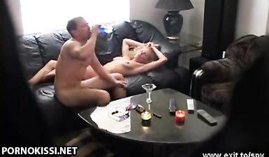 Муж узнал об измене жене через скрытые камеры в гостиной