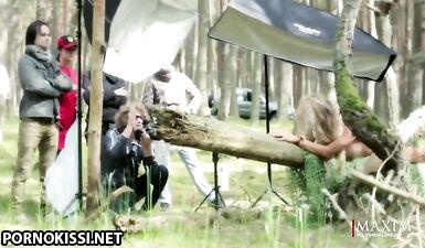 Анна Хилькевич на эротической фотосессии в лесу для журнала Maxim