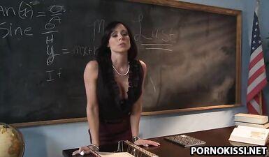 Учительница в чулках наказала заочника за сон на паре