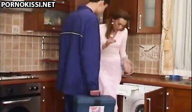 Русская милфа перепихнулась с сантехником на кухне