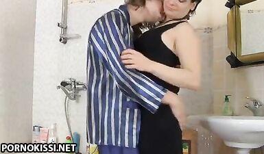 Сын трахает маму в чулках и вечернем платье в ванной