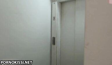 Секретарша в очках трахается с курьером в лифте
